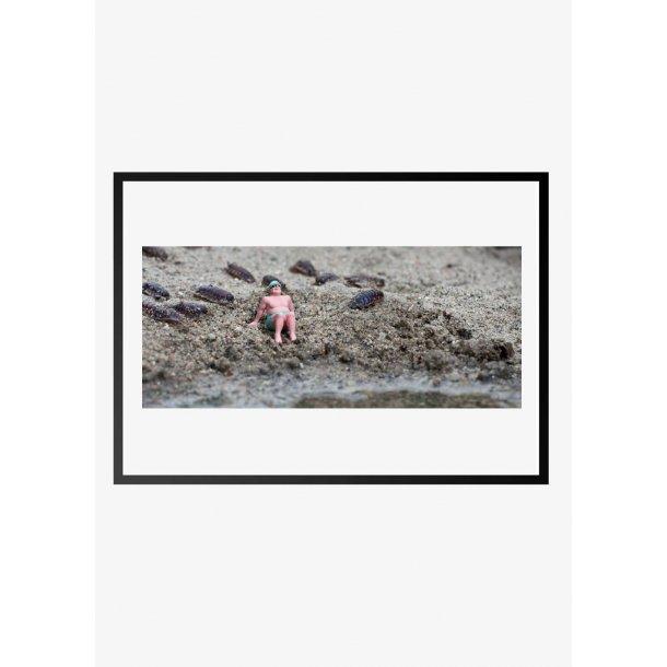 Dukke mand på strand. Fotokunst. Fotoplakat.