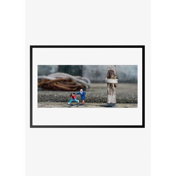Dame fanger dreng. Fotokunst. Fotoplakat.